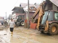 News Alert: Zeci de gospodarii inundate la Rucar
