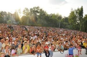 Mii de pitesteni au invadat Strandul la inchiderea Festivalului Carpati
