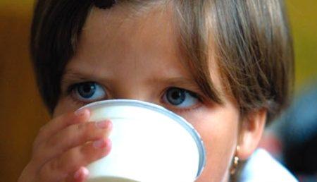 Laptele pentru elevi se dă deja. Pe când şi cornul?