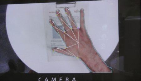 Cu ajutorul unor efecte ale fizicii poţi vorbi cu… degetul