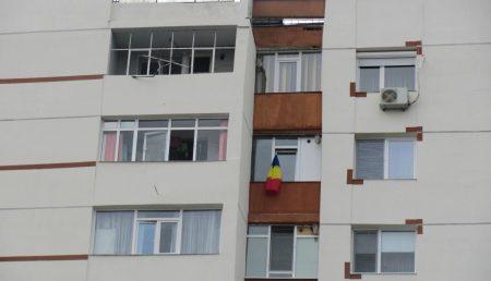 Steagul tricolor, în Pitești: la balcoane, pe mașini și în… ghiveci! VEZI GALERIE FOTO!