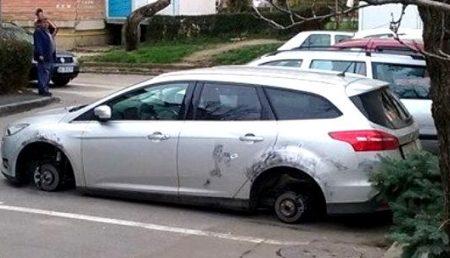 AUTOTURISM LĂSAT PE BUTUCI DE HOȚI!