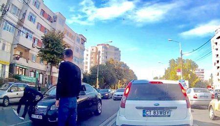 (VIDEO) PIETON LUAT PE CAPOTĂ!