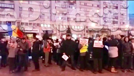 """(VIDEO) PROTEST ÎN PITEȘTI: """"DNA SĂ VINĂ SĂ VĂ IA!"""""""