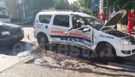 (VIDEO) IMPACT VIOLENT! AMBULANȚĂ RĂSTURNATĂ, COPII RĂNIȚI