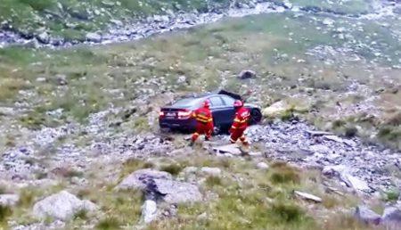 (VIDEO) MAȘINĂ CĂZUTĂ ÎN RÂPĂ PE TRANSFĂGĂRĂȘAN