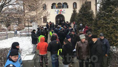 """(VIDEO) ACUM – PROTEST ÎN ȘTEFĂNEȘTI: """"HOȚII!"""", """"DEMISIA!"""""""