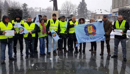 """(VIDEO) ACUM: """"SUNTEM UMILIȚI!"""" POLIȚIȘTII, PROTEST ÎN PITEȘTI"""