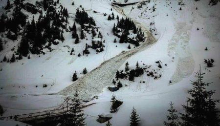 Toate traseele turistice montane care urcă spre traseele de creastă sunt închise