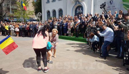 """(VIDEO) PARADĂ PE STRADA MARE. PREMIERUL """"IMUNOGLOBINĂ"""", PE MUZICĂ DE FANFARĂ"""