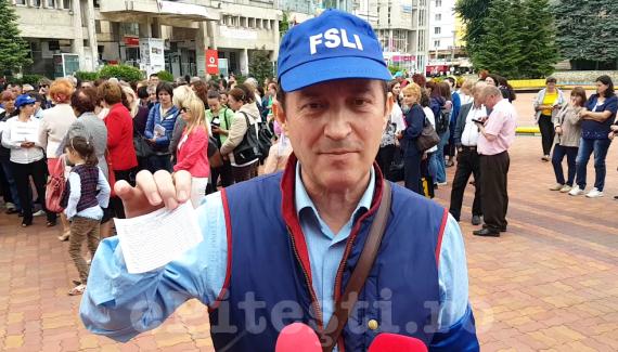 (VIDEO) PROTEST ÎN PITEȘTI. UN LIDER SINDICAL ÎȘI ARATĂ FLUTURAȘUL DE SALARIU