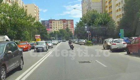(VIDEO) MOTOCICLIST, MANEVRE RISCANTE ÎN PITEȘTI