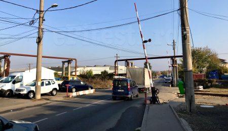 Remorca unui TIR a rămas blocată pe calea ferată