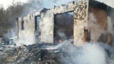 (VIDEO) INCENDIU. CASĂ DISTRUSĂ, FEMEIE TRANSPORTATĂ LA SPITAL