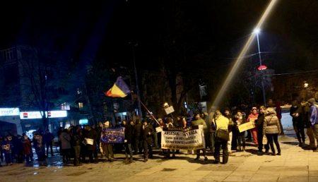 """PROTEST ÎN PITEȘTI: """"FĂRĂ MICI ȘI BERE, PSD-UL PIERE!"""""""