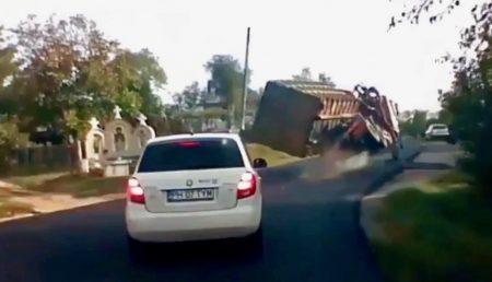(VIDEO) UN AUTOTREN CONDUS CU VITEZĂ S-A RĂSTURNAT ÎNTR-O CURBĂ