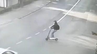 (VIDEO) TÂNĂRĂ PE TROTINETĂ ELECTRICĂ, LOVITĂ DE MAȘINĂ