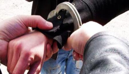 Tineri reţinuţi pentru furt calificat. Au pătruns în mai multe locuințe