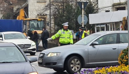 VIDEO | TRAFIC INFERNAL PE BULEVARDUL BRĂTIANU. POLIŢIŞTII AU INTERVENIT PENTRU DESCONGESTIONARE