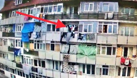 VIDEO: Gunoi aruncat direct de pe geam, la G1. O familie riscă evacuarea