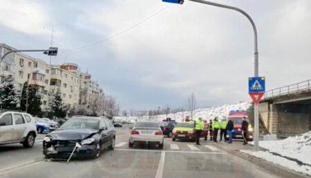 VIDEO: Un taximetrist cu tupeu a făcut praf două mașini