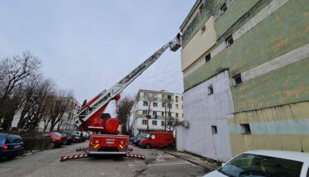 Video – Pericol în Trivale! Bucăți din fațada unui bloc s-au prăbușit
