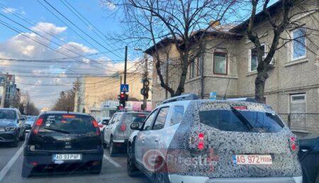 VIDEO: Model misterios pe străzile Piteștiului. Ce mașină a atras toate privirile