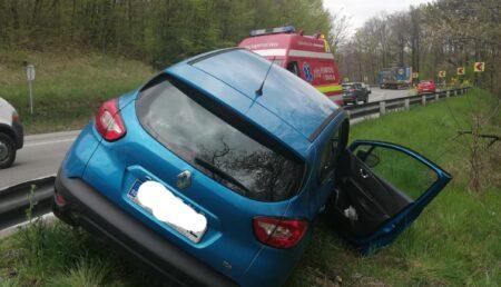 O mașină a intrat în șanț după ce roata unui camion s-a desprins în mers