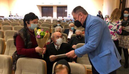 """Zeci de cupluri ajunse la """"nunta de aur"""" și """"nunta de diamant"""", premiate la Pitești"""