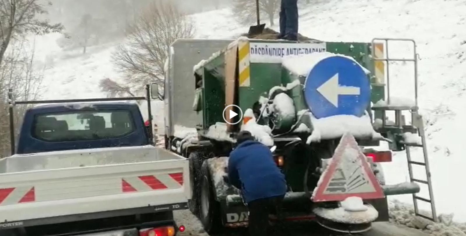 Video: Probleme din cauza condiţiilor meteo. Blocaj în trafic pe un drum din Argeş