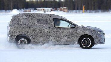 "Noi fotografii ""spion"" cu viitorul crossover Dacia, supranumit Grand Duster"