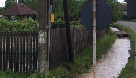 ISU Argeş avertizează: vin inundaţiile. Mai multe gospodării sunt deja afectate