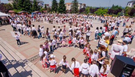 Ziua IEI, sărbătorită cu Hora Unirii și folclor, în Centrul Civic din Mioveni