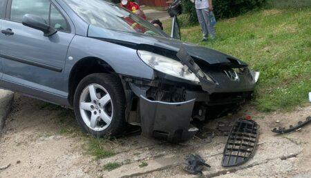 """Accident la Bradu. Şi-a distrus """"dantura"""" după ce a muşcat din beton"""