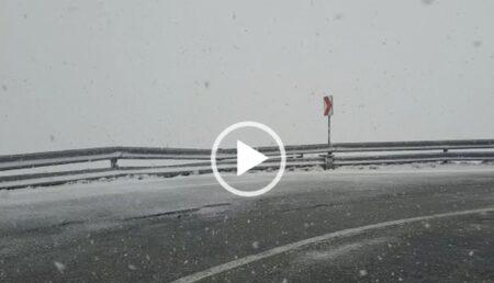 Video: În Argeş, vara e ca iarna. Imagini de poveste în luna iunie