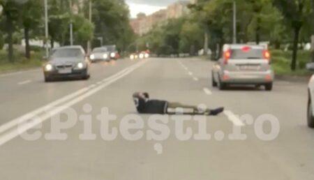 Video – Incredibil! Bărbat întins pe mijlocul străzii în Pitești!