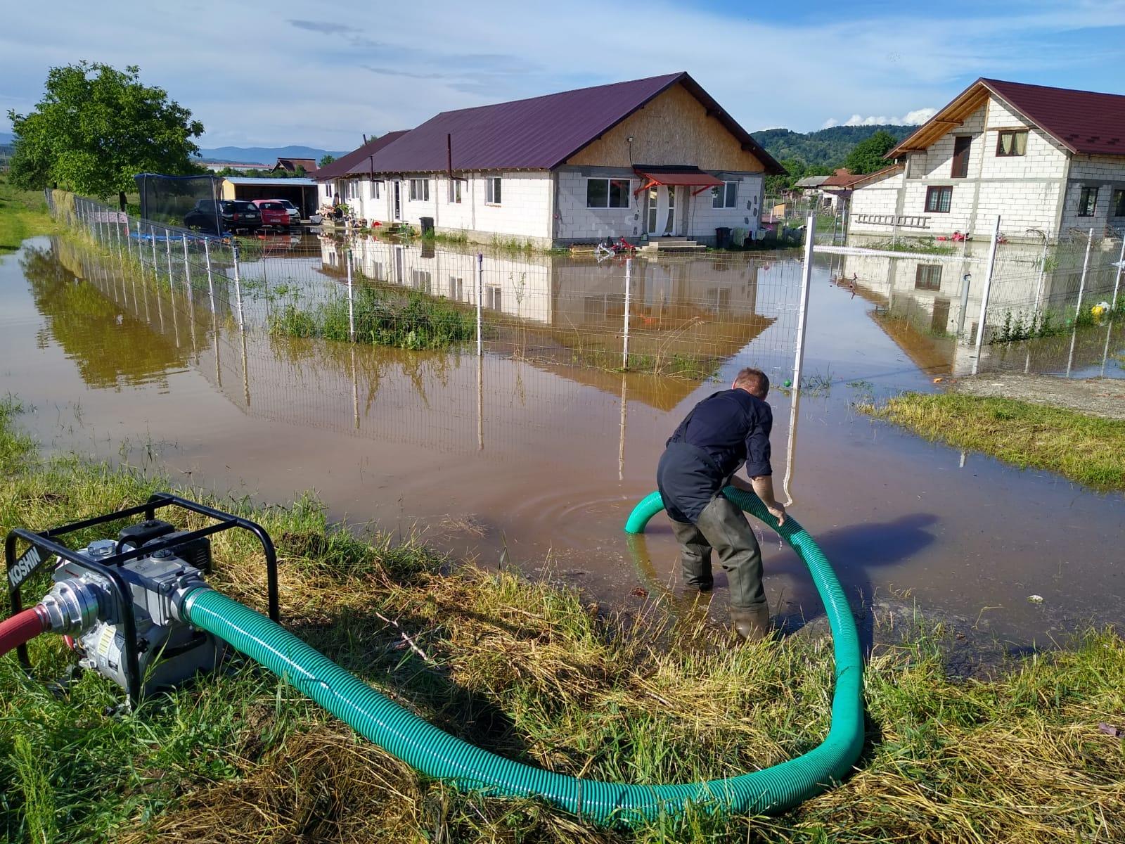 Video – Mai multe gospodării din Argeș au fost inundate în urma ploilor aduse de codul portocaliu