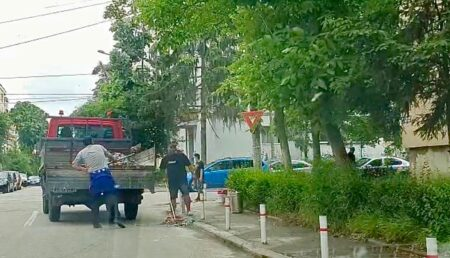 Video: Noi controverse în Găvana, după ce accesul maşinilor pe trotuar a fost blocat cu stâlpişori