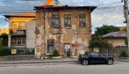 Piteşti: Ruină – pericol public lângă biserică. Să ne rugăm să nu se dărâme pe noi