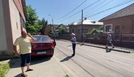 Video: A ocupat tot trotuarul, cu parcarea mare şi liberă în spate. Replică memorabilă a poliţistului local