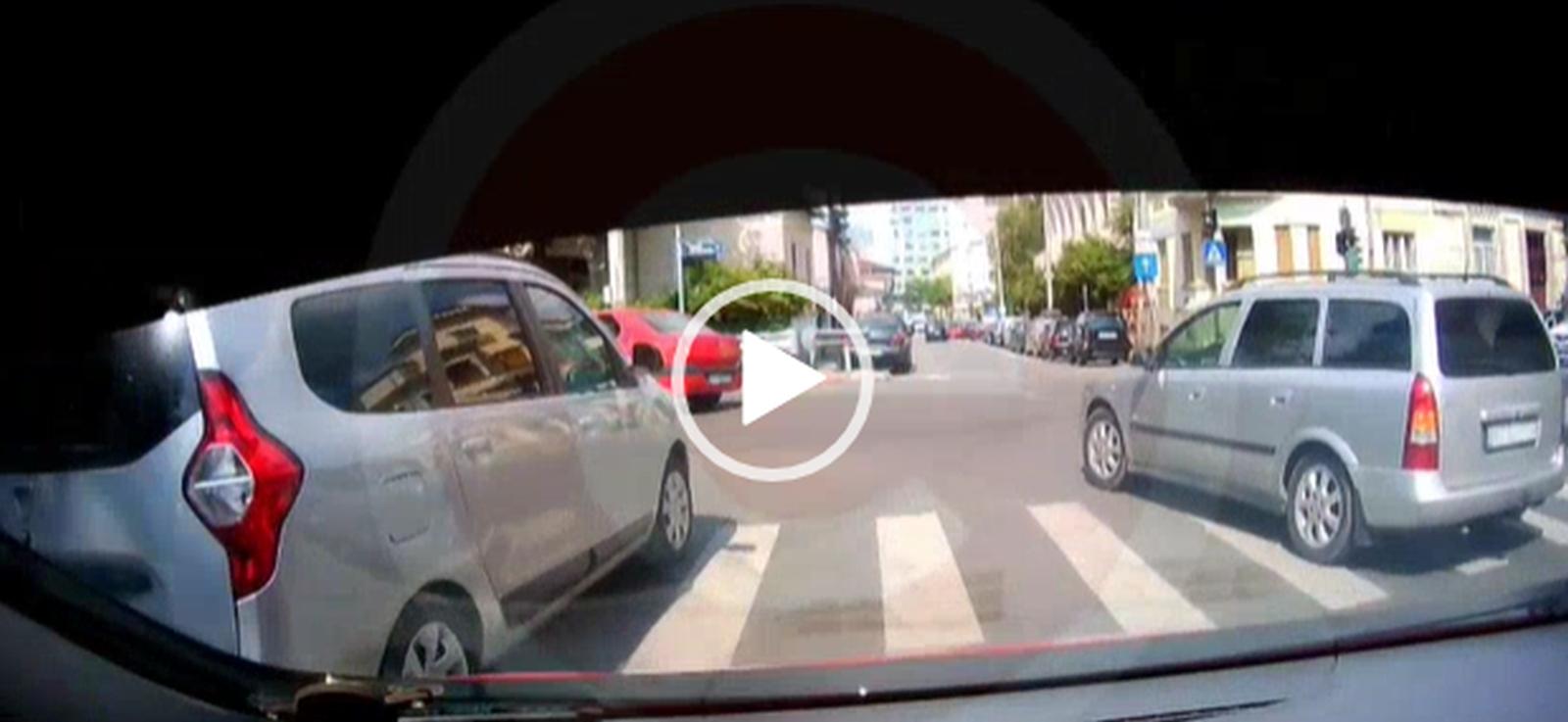 """Video: Tamponare stupidă în Piteşti. Doi şoferi s-au """"încălecat"""" fiindcă au încurcat benzile"""