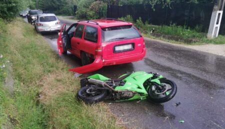 Accident grav în Câmpulung: Un autoturism, un motociclist și un pieton sunt implicați