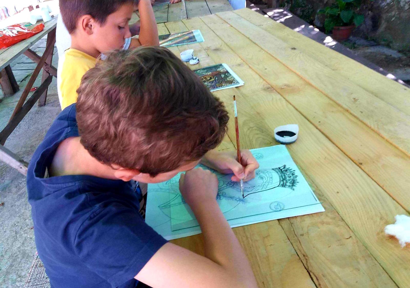 Copiii piteșteni pictează icoane de lemn, în fața Primăriei