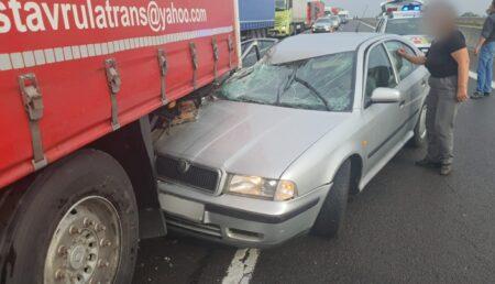 Accident pe A 1. A pierdut controlul volanului și a intrat cu mașina sub roțile unui TIR