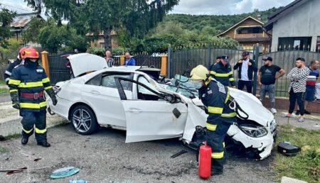 Video – Argeș: Un bolid Mercedes a intrat într-un cap de pod. Doi copii au fost răniți