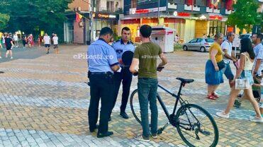 """Video: Poliţiştii Locali au întins """"năvodul"""" pe Strada Mare din Piteşti. Mai mulţi biciclişti au luat plasă"""