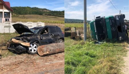 Video – Mașină făcută praf după ce un camion încărcat cu lemne s-a răsturnat