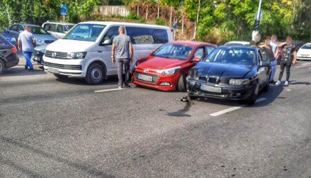 Accident pe Frații Golești. Două mașini avariate după ce au intrat în coliziune