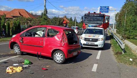 O șoferiță a ajuns la spital după ce a intrat cu mașina într-un cap de pod