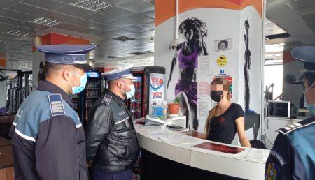 Video – Piteşti: Poliţiştii, pe stradă şi în magazine pentru a informa despre Covid